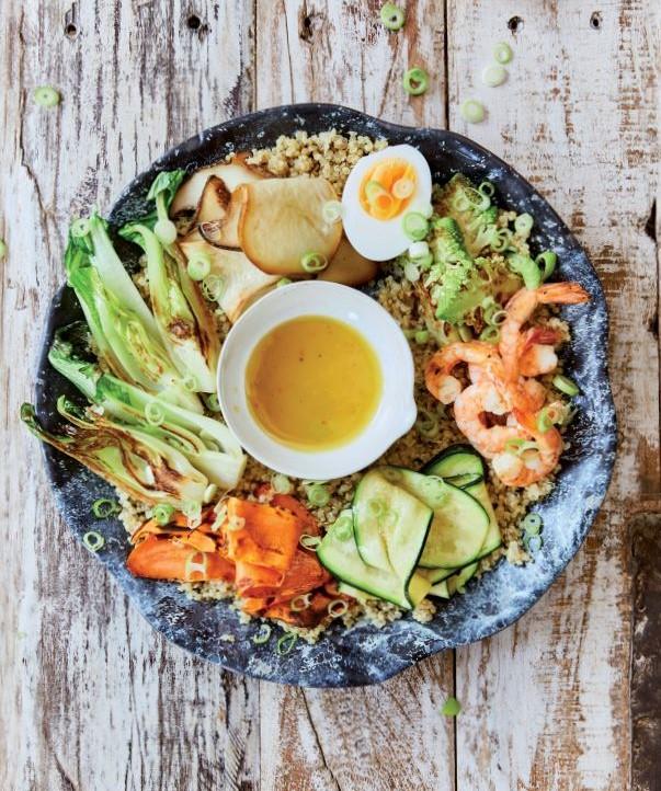 Quinoa-Bowl mit gebratenem Gemüse und Garnelen