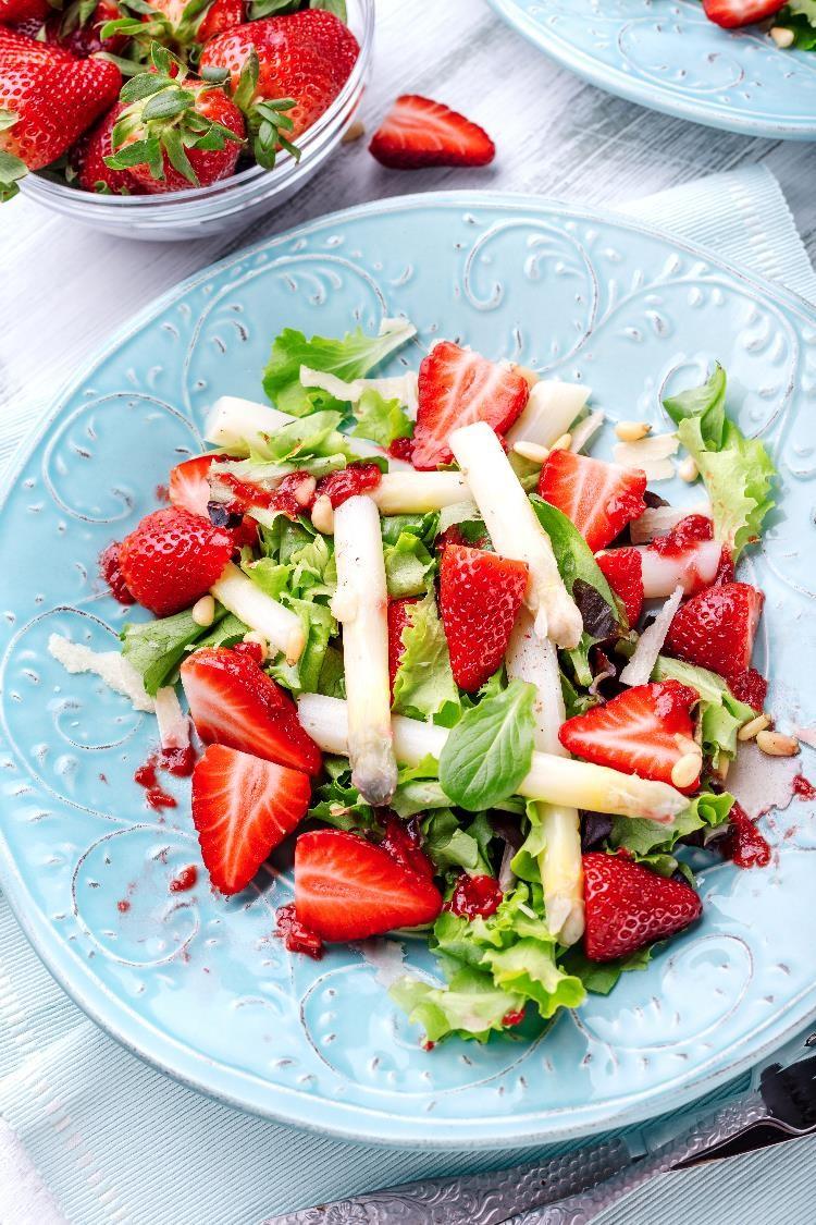 Spargel-Erdbeersalat mit grünem Pfefferdressing