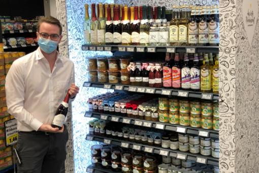 Benny Lurvink selbstständiger Kaufmann bei EDEKA vor dem Regal mit Lebensmitteln aus bester Nachbarschaft